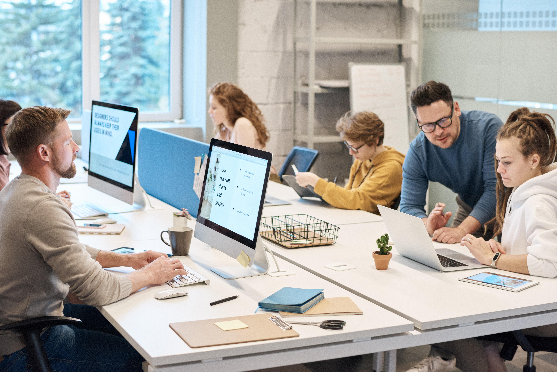 Personas trabajando con ordenadores.