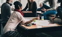 jóvenes reunidos en un aula.