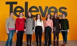 Chicas delante del logo de Televes.