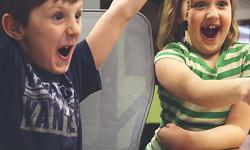 Dous nenos diante dun portátil.