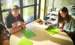 Estudantes na sede de Coremain.