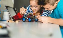 Nenos montando un robot.