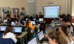 Nenos nunha aula informática.