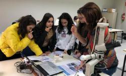 Chicas en un laboratorio.
